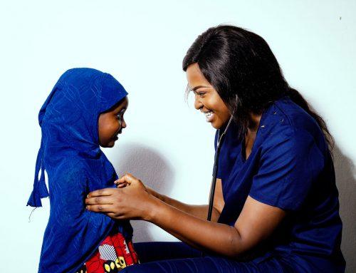 LUTTE CONTRE LE PALUDISME : ISA A RENCONTRÉ LE DR. NGWASHI, UN MÉDECIN ENGAGÉ DANS LA RÉDUCTION DE LA MORTALITÉ MATERNELLE ET INFANTILE AU CAMEROUN